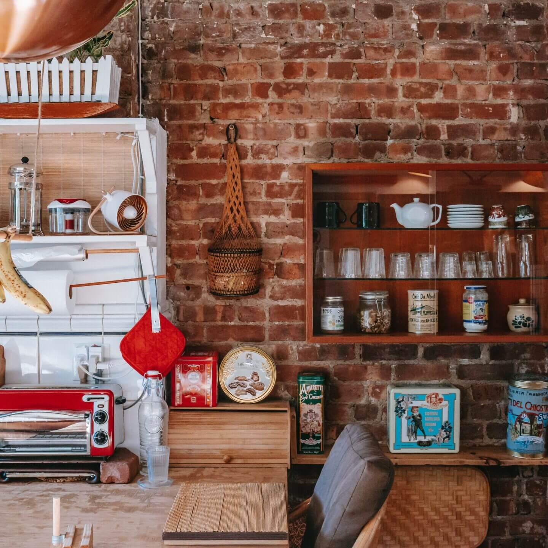 Met deze stijlvolle wandbekleding haalt u de industriële look naar de keuken